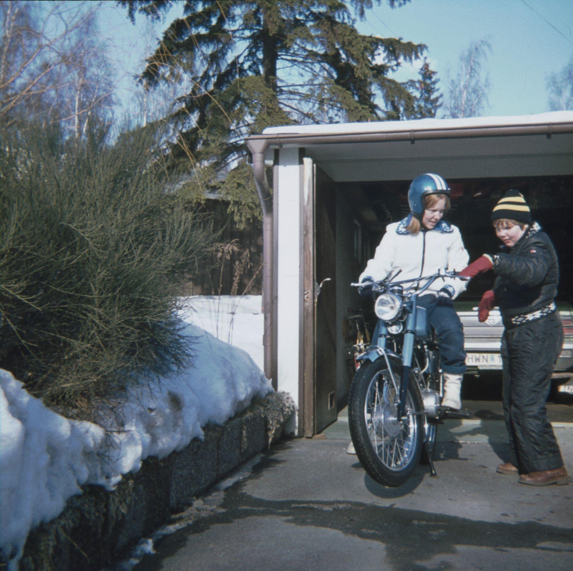 Gunnar vid mopeden