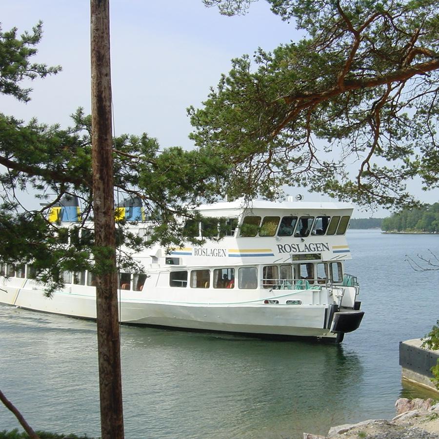 En Waxholmsbåt angör Svartsö