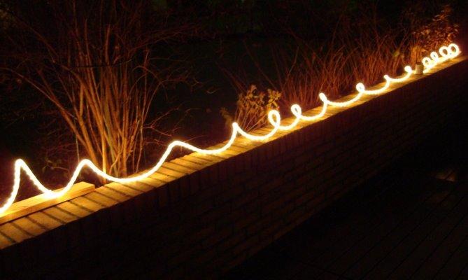 en ljusslinga på muren